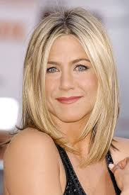 above the shoulder layered hairstyles jennifer aniston not brave enough to opt for an above shoulder bob