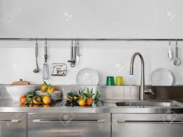 robinet cuisine moderne dé de évier et le robinet dans la cuisine moderne à l orange sur