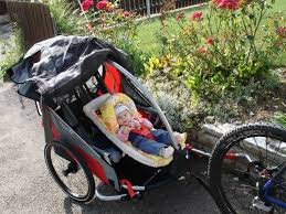 premières balades en famille avec les sièges enfant pour remorque de