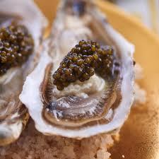 caviar recettes cuisine recette huîtres crues au caviar cuisine madame figaro