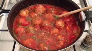 cuisiner des boulettes de boeuf faire des boulettes de viande sauce napolitaine recette sauce