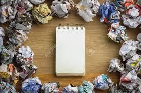 bloc note sur bureau boules de papier poubelle avec bloc notes sur le bureau en bois dans