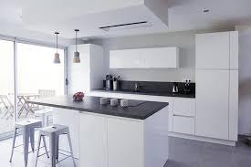 cuisine blanche et mur gris cuisines blanches et grises laby co