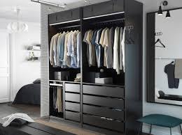 Schlafzimmer Schrank Bei Ikea Ein Modernes Schlafzimmer Mit Einem Offenen Pax Kleiderschrank In