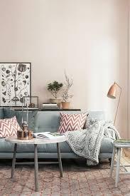 canap pale déco salon murs de couleur pale canapé bleu coussins