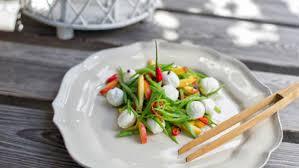 cuisiner des pois mange tout recette de salade de pêches et pois mange tout avec mozzarella di