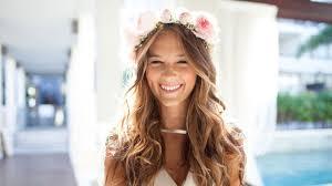 coiffeur mariage en images 10 coiffures de mariée à réaliser avec des fleurs l