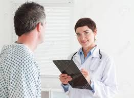 femme de chambre x femme médecin de parler à un patient dans une chambre banque d