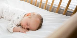 bébé dort dans sa chambre cododo quand passer bébé dans sa chambre la boîte