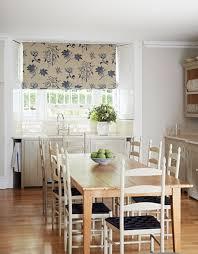 rideaux de cuisine et blanc cuisines rideaux cuisine blanc motifs floraux bleus mobilier bois