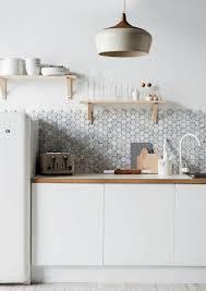 carrelage cuisine blanc la cuisine blanche et bois en 102 photos inspirantes archzine fr