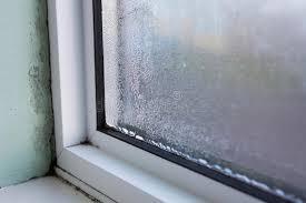 condensation chambre fenêtre de chambre avec l humidité et la condensation image stock