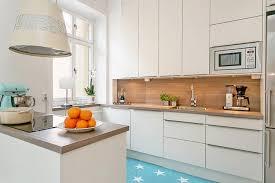 kchen mit inseln weiße küche mit kleiner insel in weiß und holz küchenideen