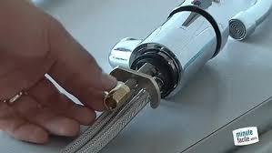 changer evier cuisine changer le robinet d évier dans votre cuisine ou salle de bain en ce