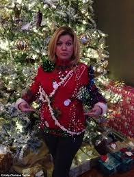 pregnant star kelly clarkson hides baby bump in u0027ugly christmas