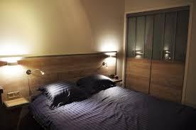 chambre avec placard chambre style industriel avec tête de lit et portes de placard