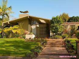 an interior designer takes on 39 the brady bunch 39 home garden