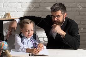 famille bureau la famille travaille au bureau avec des fournitures scolaires fille