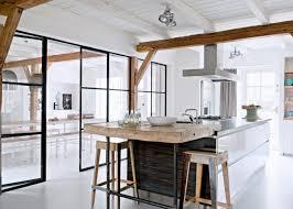cuisine avec coin repas cuisine avec verrière pour cloisonner l espace avec style sans le fermer