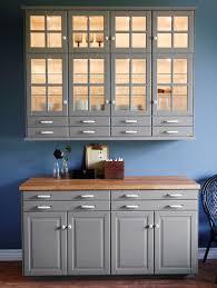 ikea küche grau wandmontiertes element mit glastüren schrankbeleuchtung und
