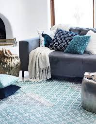 plaid gris canapé un canapé gris mixé à des accessoires bleus coussins cushions