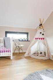tipi chambre chambre à coucher de grenier d enfant avec une tente de tipi image