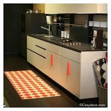 tapis de cuisine orange tapis de cuisine plastique orange et blanc de la marque pappelina