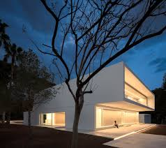 fran silvestre arquitectos completes a volume shifting house