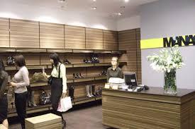 arredo in cartone spesa bio manas ricicla i negozi grazie agli arredi in cartone