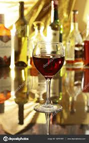 sur la table wine glasses verre de vin rouge sur la table miroir bouteilles dans un bar sur