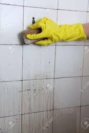 cleaning dirty bathroom tiles akioz com