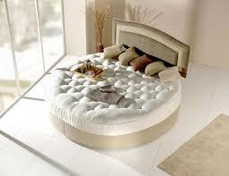 meubler une chambre le lit rond pour meubler la chambre à coucher d une ère