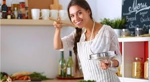 femme qui cuisine pourquoi cuisiner rend heureux bio à la une