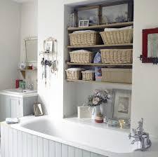 regale für badezimmer badezimmer weiße badewanne regale mit schachteln 30 ideen