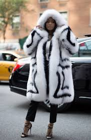 nicki minaj wears oscar de la renta fur coat in 80 degree weather
