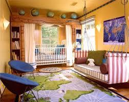 chambre mixte enfant design interieur fauteuils enfant bleus chambre mixte thème voyage