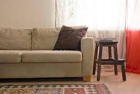 canapé daim détacher un canapé en daim clair les astucieux