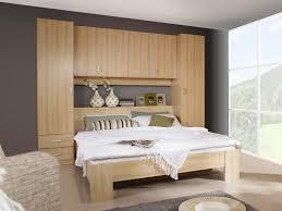 chambre avec tete de lit misez sur le gain de place avec une tête de lit avec rangement