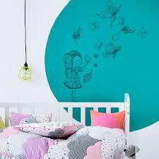 stickers muraux chambre bébé fille stickers muraux chambre enfant fille qui joue avec les papillons