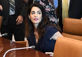 is amal clooney hair one length amal clooney multi tasks takes on isis preps for twins with
