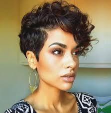 cheveux bouclã s coupe quelles coupes courtes et féminines pixie pour les cheveux