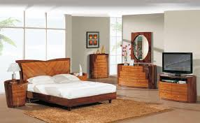 White Full Size Bedroom Set Light Brown Wooden Bed With Head Board And White Bed Sheet