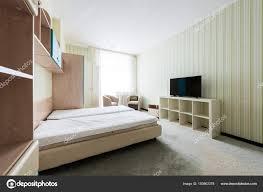 chambre avec placard bouchent vue élégante chambre coucher avec placard bois lit