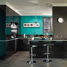 cuisine mur bleu contemporain dans cette cuisine dotée d un pan de mur bleu turquois