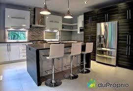 maison cuisine cuisine ilot rangement noir comptoirs blancs cuisine
