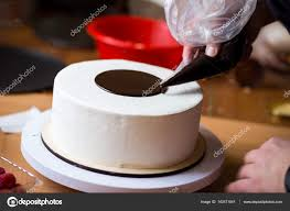 cours de cuisine chocolat chef pâtissier dans la cuisine décorer un gâteau de chocolat