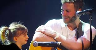 dierks bentley son country star dierks bentley brings daughter on stage to sing