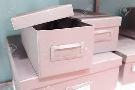 rangement archives bureau pile de boîtes de rangement de bureau vides ou de boîtes d archives