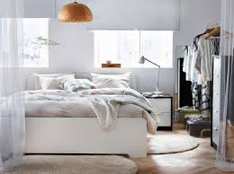 Ikea Schlafzimmer Raumteiler Ein Helles Schlafzimmer Mit Einem Großen Askvoll Bettgestell In