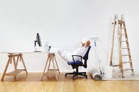 travaux de bureau l homme de peintre après des travaux repos sur le bureau weekend